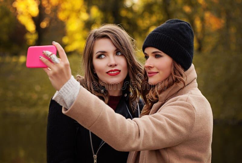Nette Mädchen-Modelle mit Smartphone, das Selfie nimmt lizenzfreies stockfoto