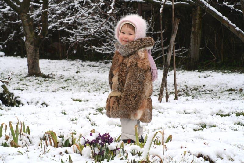 Nette Mädchen- und Frühlingsblumen lizenzfreies stockfoto