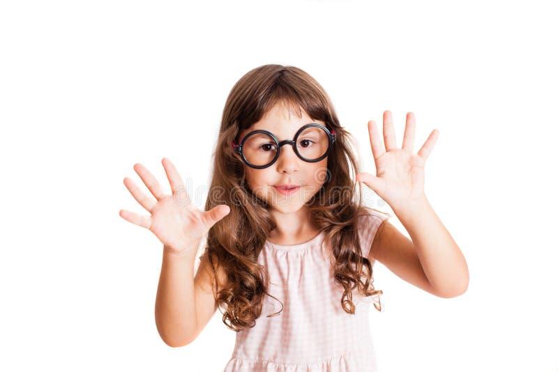 Nette Mädchenzählungen auf ihren Fingern lizenzfreie stockfotografie