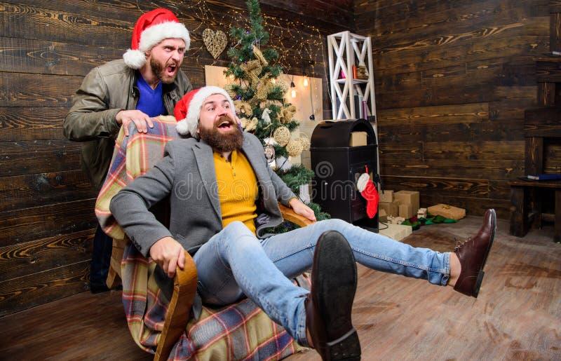 Nette Männer, die Spaß zu Hause haben Schneemannfamilie, die den Weihnachtsbaum erhält Sie werden sich langweilen nie, wenn Sie s lizenzfreie stockbilder