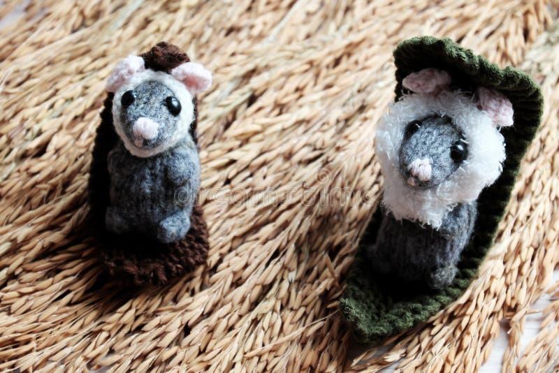 Nette Maus entspannen sich auf Garbe Paddy, woolen kleine Ratte lizenzfreies stockbild