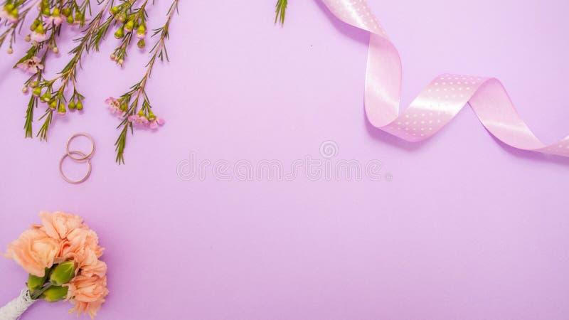 Nette minimalistic Ebene legen auf das Heiratsthema in den empfindlichen Lavendelfarben stockbild
