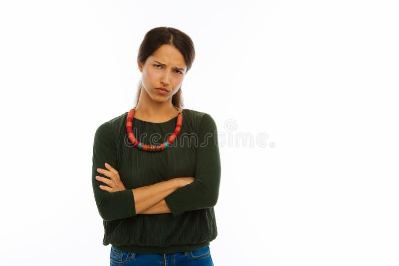 Nette misstrauische junge Frau, die Sie betrachtet lizenzfreie stockfotografie