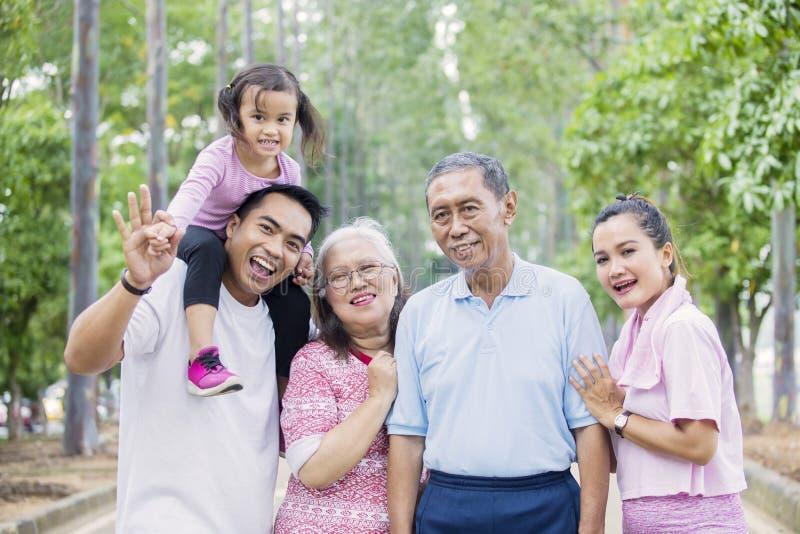 Nette multi Generationsfamilie betrachtet die Kamera stockfoto
