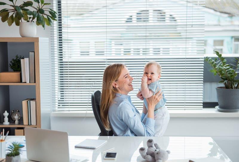 Nette Mutter, die Spaß mit frohem Baby hat lizenzfreie stockfotografie