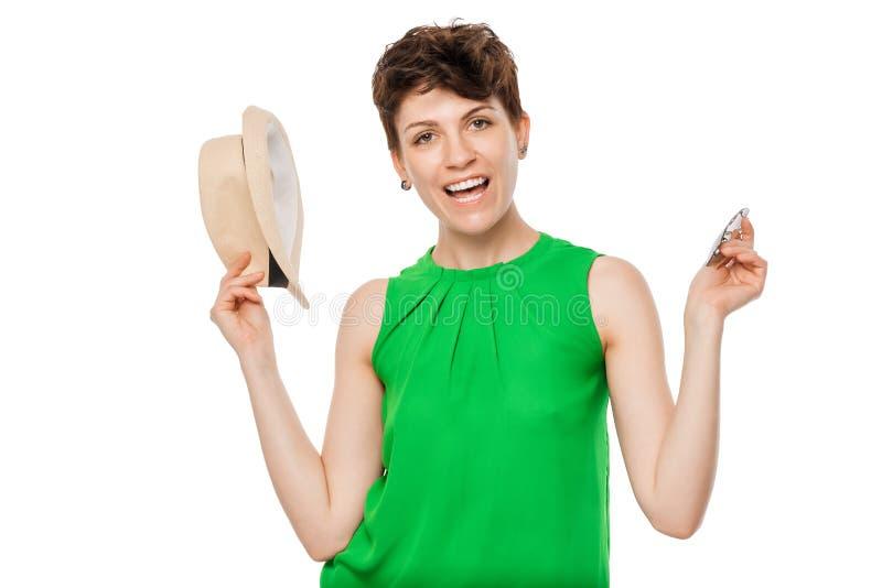 Nette nette Frau, die auf einem Weiß aufwirft stockfotografie