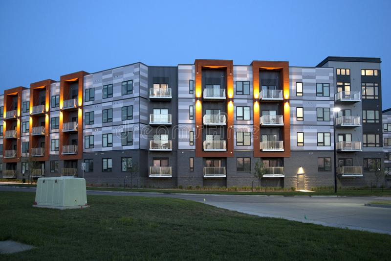 Nette neue Wohngebäudenachtansicht in Stadt stockfotos