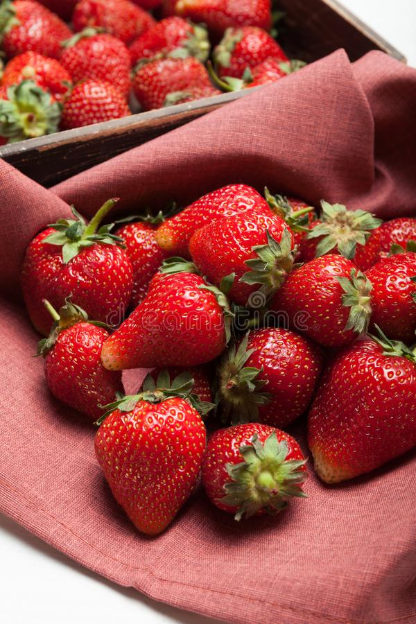 Nette organische rote Erdbeerfrucht Naturbauernhofhintergrund lizenzfreie stockfotografie