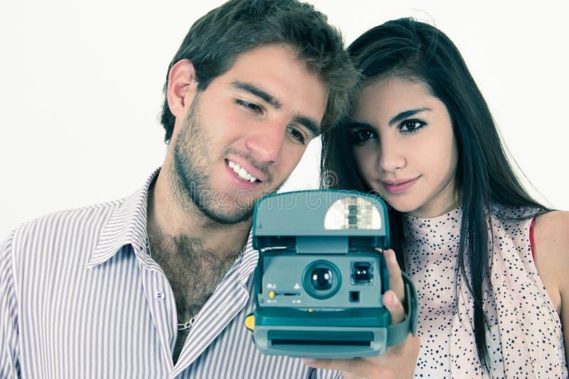 Nette Paare, die Fotos mit sofortiger alter Kamera machen lizenzfreies stockbild