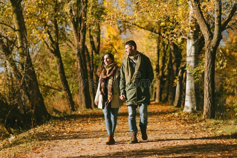 Nette Paare, die in Herbst schlendern lizenzfreie stockfotografie