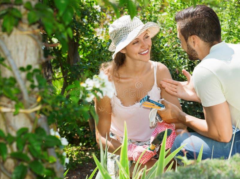 Nette Paare, die im Garten arbeiten stockbilder