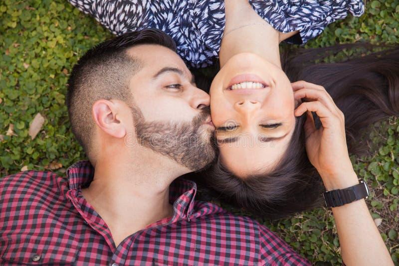 Nette Paare, die sich küssen lizenzfreie stockfotos