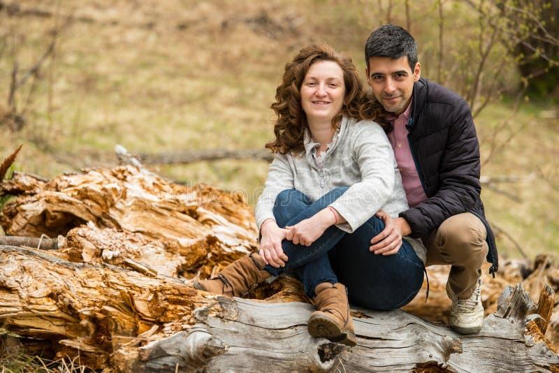 Nette Paare im Freien lizenzfreie stockfotos