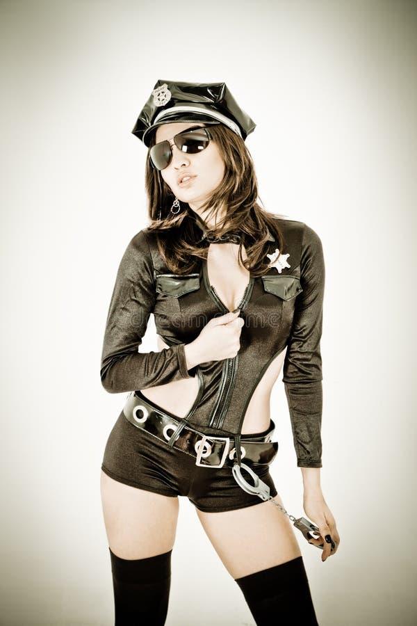 Nette Polizeifrau, welche die Farbe aufbereitet aufwirft stockbilder