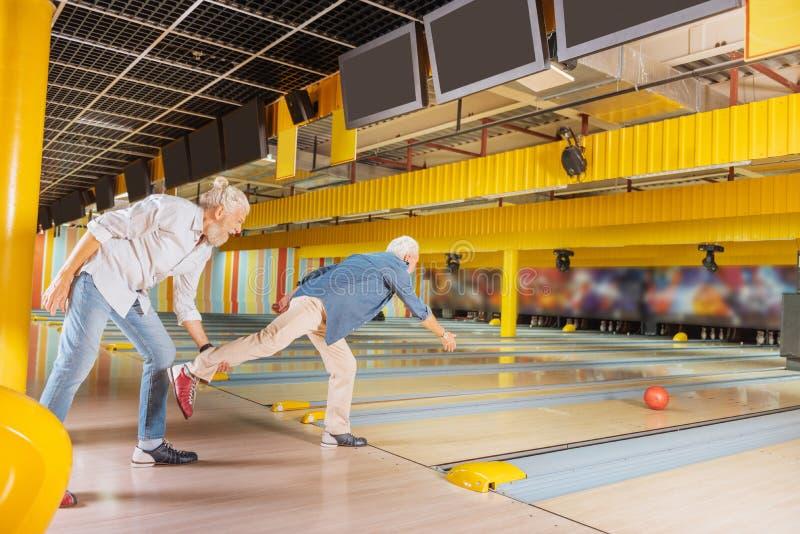 Nette positive ältere Männer, die Spaß am Tag haben lizenzfreies stockbild