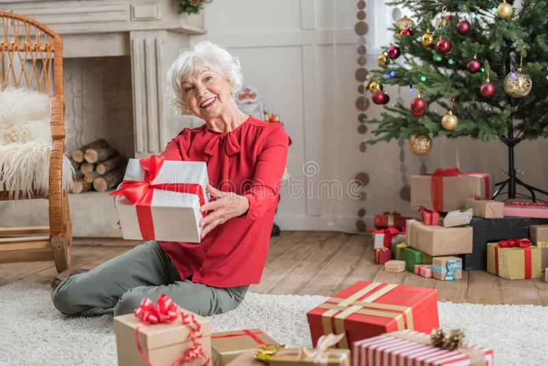 Nette reife Dame schaut zur Zeit mit Freude lizenzfreie stockfotos