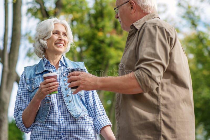 Ältere Frauen, die datieren