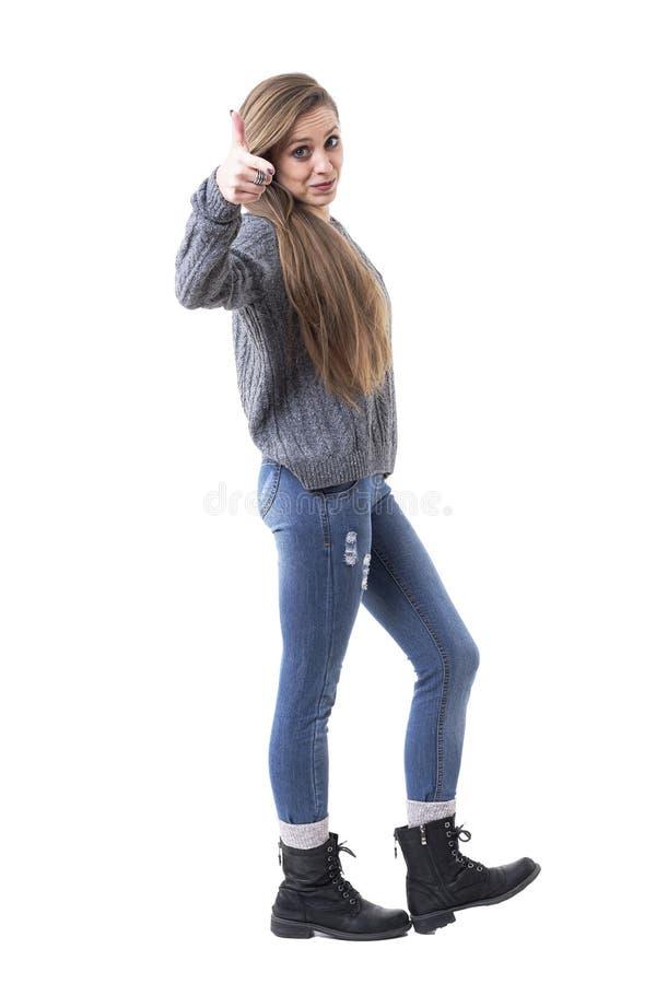Nette reizend junge Frau in der zufälligen warmen Kleidung Finger auf die Kamera zeigend, die Sie vorwählt stockbild