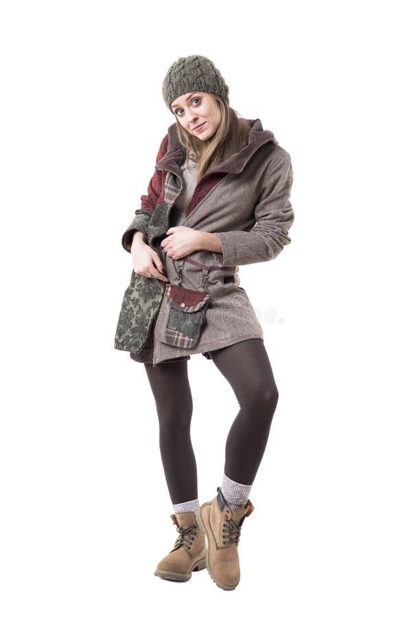 Nette reizend tragende Stiefel der jungen Frau, Beaniekappe und warmer Wintermantel lizenzfreies stockbild
