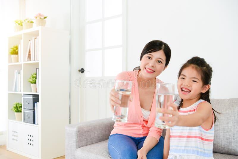Nette reizende Kinder des kleinen Mädchens mit Mutter stockbild