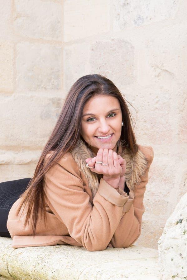 nette romantische Aufstellung der jungen Frau lizenzfreie stockfotografie