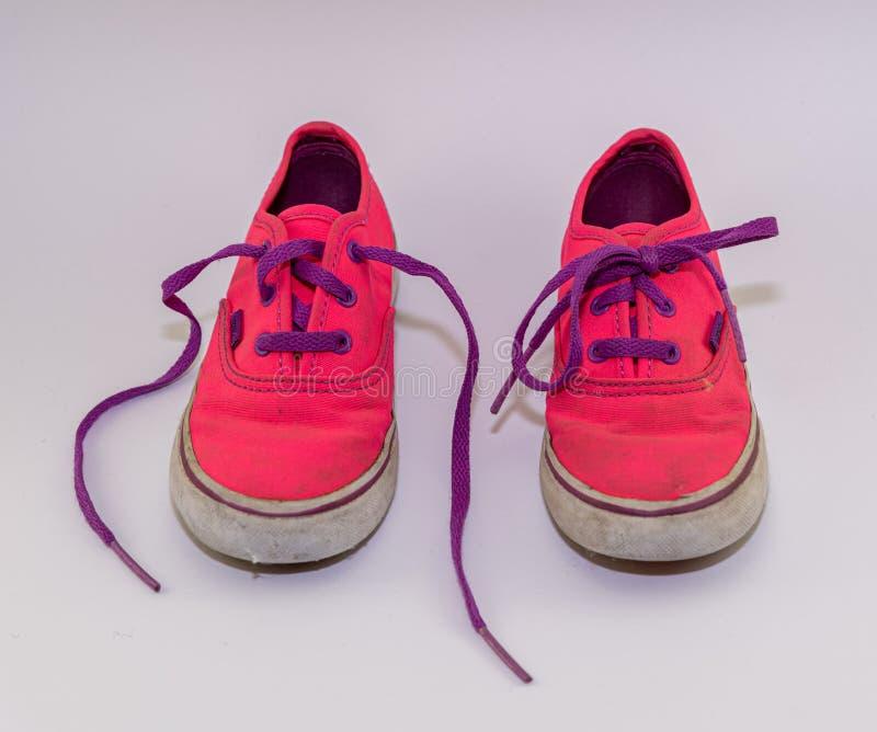 Nette rosa Kinderschuhe mit purpurroten Spitzeen, Vorderansicht lizenzfreie stockbilder
