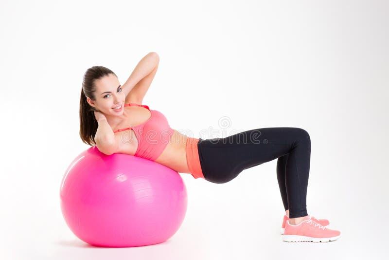 Nette schöne Eignungsmädchen-Trainingsbauchmuskeln unter Verwendung des fitball stockfotografie