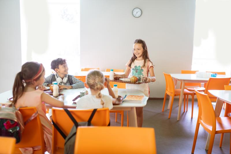 Nette schöne Kinder, die in der Schule zusammen zu Mittag essen lizenzfreie stockfotografie