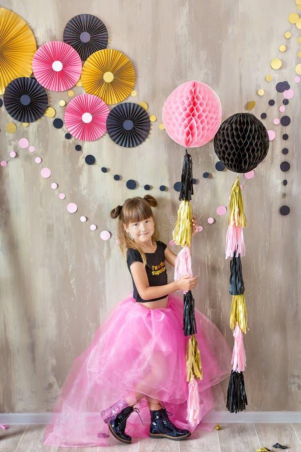 Nette schöne Mädchendame, die im fantastischen violetten Kleiderrock mit der Nr. sieben feiert ihren Geburtstagstag mit Spaß und  lizenzfreies stockbild