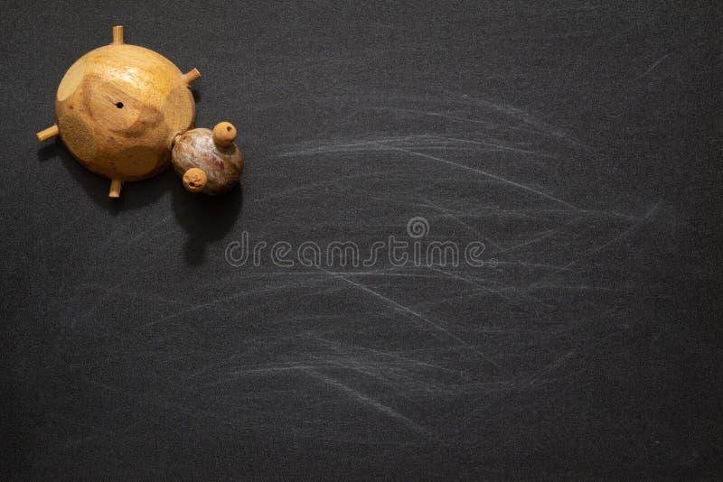 Nette Schildkröte spielt auf schwarzer Tafel mit leerem Kopienraum, Idee stockfoto