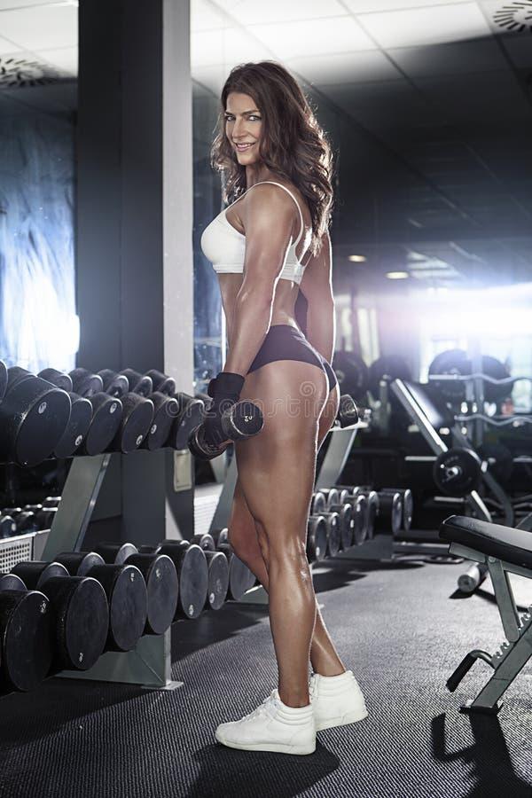Nette sexy Frau, die Training mit Dummköpfen tut lizenzfreie stockfotografie