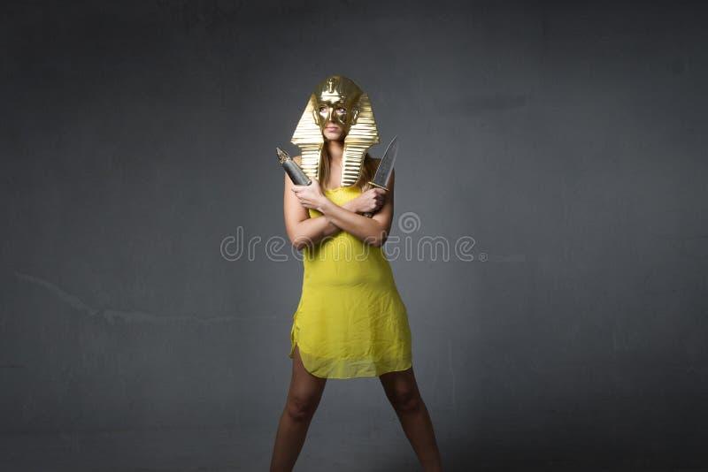 Nette Sphinx mit Messern auf Händen stockbilder