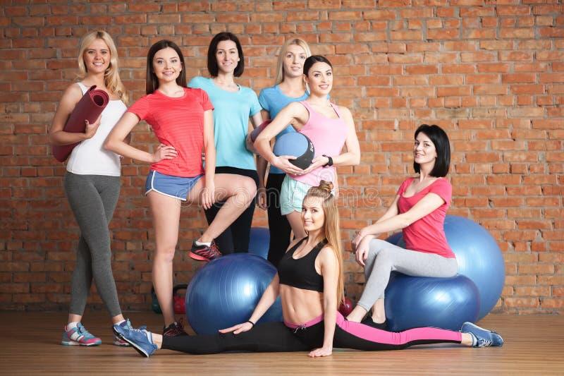 Nette sportliche Mädchen sind zur Ausbildung bereit stockfotos