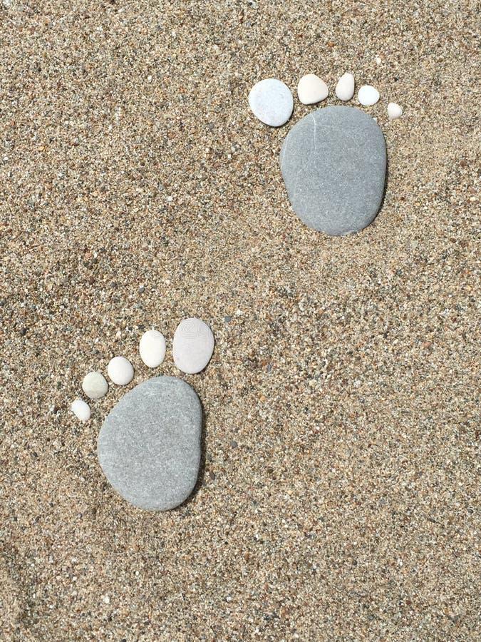 Nette Steinabdrücke auf dem Strand - Bigfoot stockfotografie