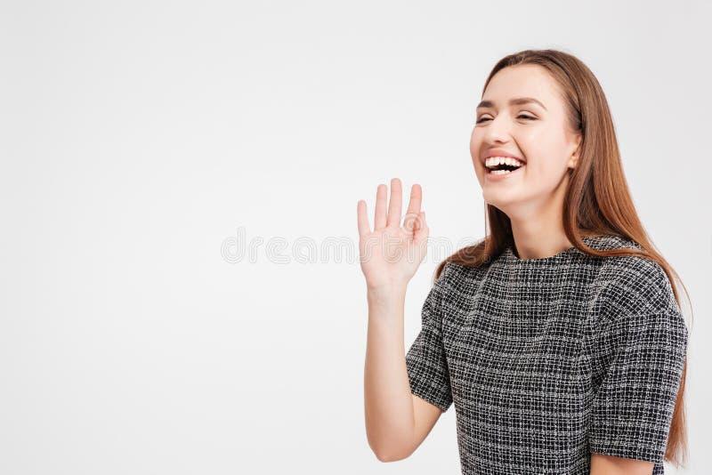 Nette Stellung und Lachen der recht jungen Frau lizenzfreies stockfoto
