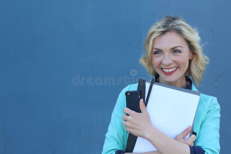 Nette Studentin, die Kamera mit Kopie spac lächelt und betrachtet stockbilder