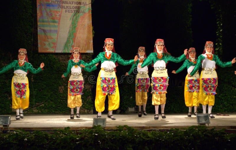 Nette türkische Tänzer in den Volkskostümen auf Stadium lizenzfreies stockfoto