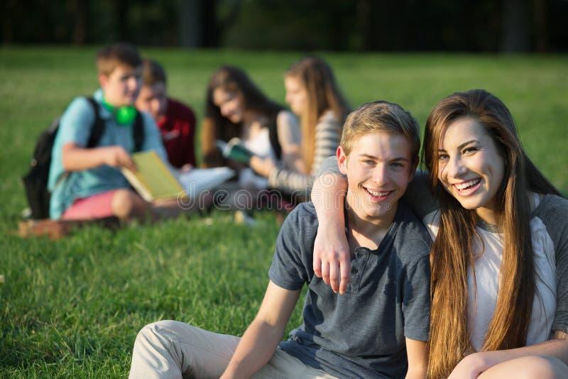 Nette Teenager-Umfassung stockfoto