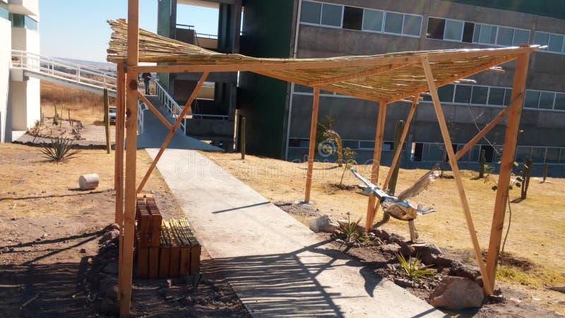 Nette Terrasse errichtet mit natürlichen Materialien lizenzfreie stockfotografie