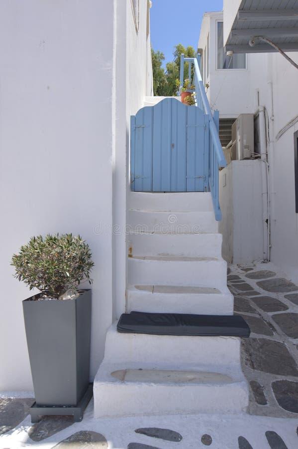 Nette Treppe, die in den typischen blauen Türen in den malerischen Straßen sehr beenden, verengt in Chora-Insel von Mikonos Arte  stockfoto