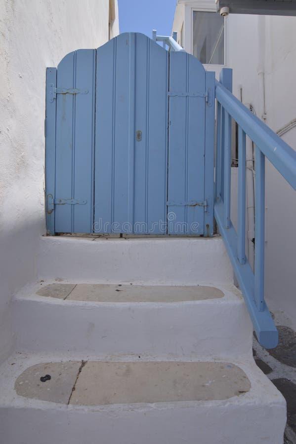 Nette Treppe, die in den typischen blauen Türen in den malerischen Straßen sehr beenden, verengt in Chora-Insel von Mikonos Arte  stockbild