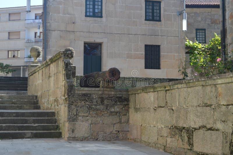 Nette Treppen-Straßen-Juan Novas Guillan Of Medieval-Art mit einer Kanone auf seiner Reise in Pontevedra Natur, Architektur, Gesc stockfotos