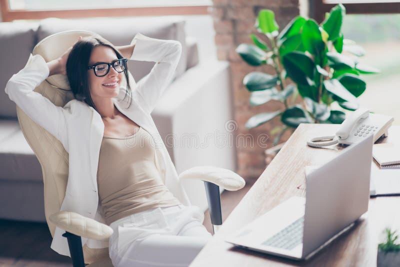 Nette, unabhängige, nette Frau im weißen Anzug, formelle Kleidung, glasse stockbild
