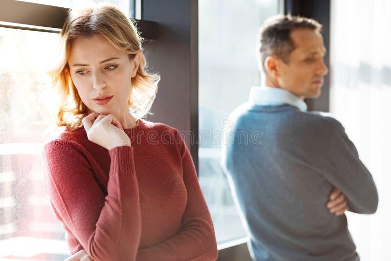 Nette unglückliche Paare, die einen Streit haben stockbilder