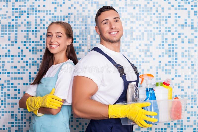 Nette Waschmaschinen tun Reinigung im Badezimmer stockfotos