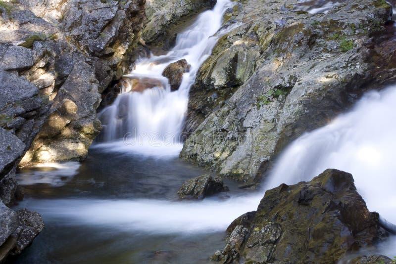Nette Wasserfälle und Felsen stockfotos