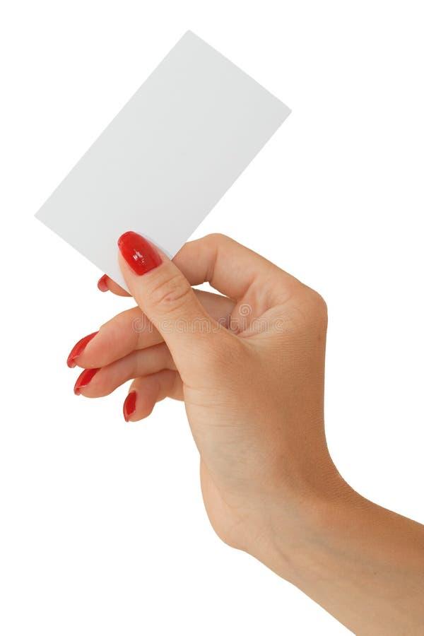 Nette weibliche Hand, die eine unbelegte Visitenkarte anhält stockfotografie