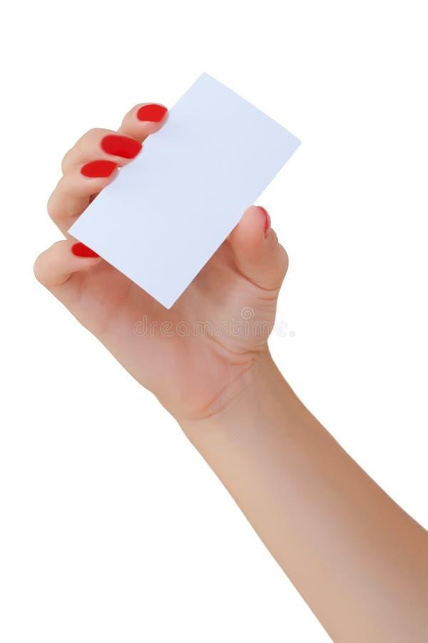 Nette weibliche Hand, die eine unbelegte Visitenkarte anhält lizenzfreie stockfotografie