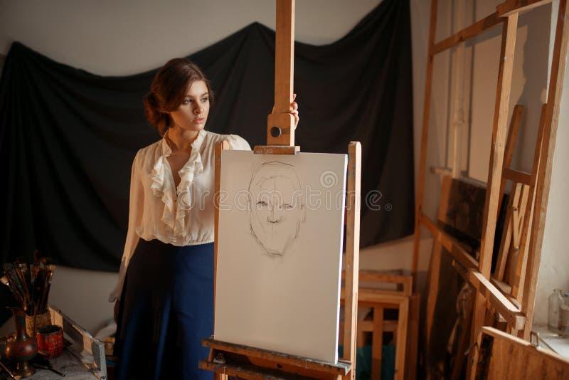 Nette weibliche Künstlerzeichnung im Studio lizenzfreie stockfotografie