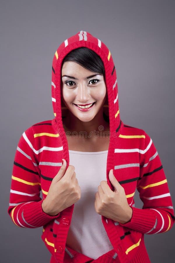 Download Nette Weibliche Tragende Strickjacke Stockbild - Bild von indonesisch, hintergrund: 26367249